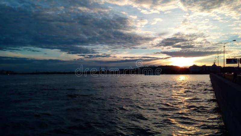 Rivière et coucher du soleil photographie stock libre de droits