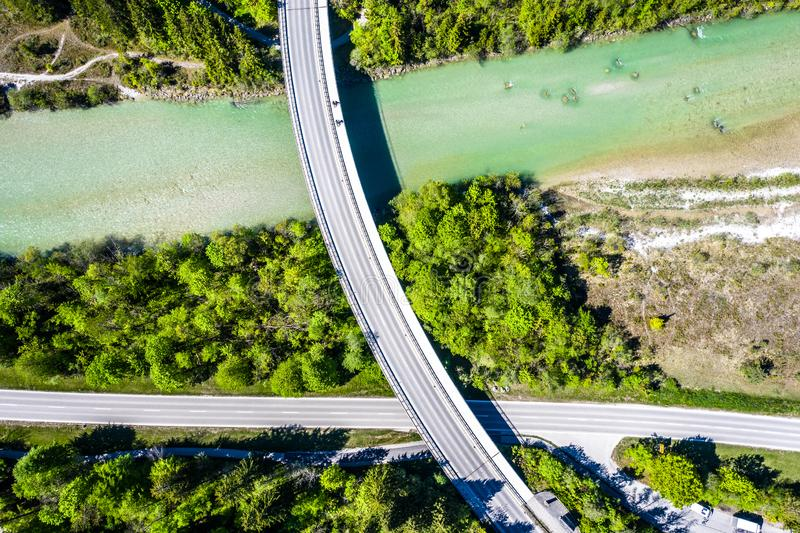 Rivière et forêt aériennes d'Isar avec le pont Alpes de Brauneck de la Bavière image stock