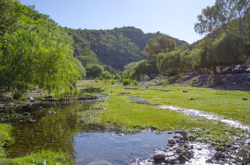 Rivière et montagnes photographie stock