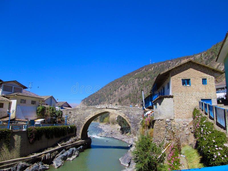 Rivière et pont familiers - Paucartambo photos libres de droits