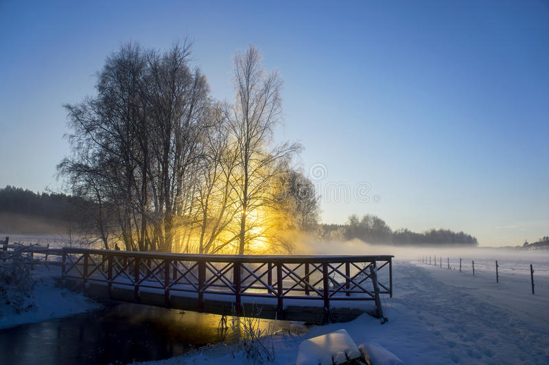 Rivière et pont le jour ensoleillé d'hiver photos stock