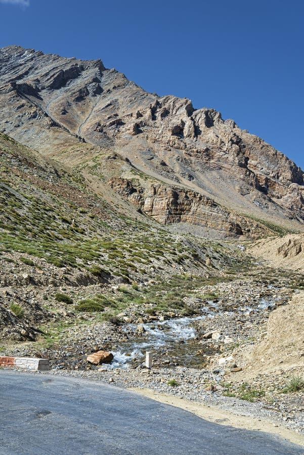 Rivière et route de montagne photos libres de droits