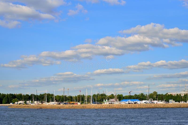 Rivière et yachts occidentaux de Malaya Neva de port de promenade à la couchette image libre de droits