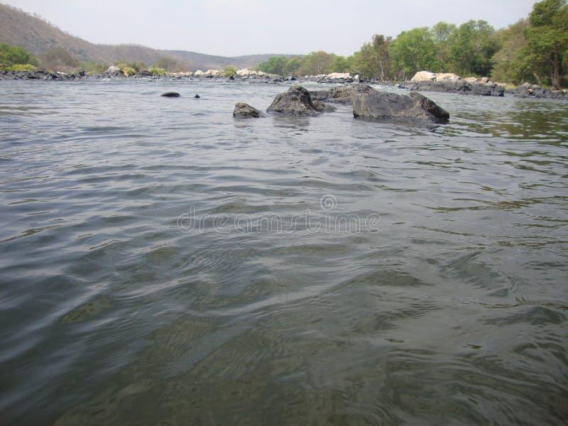 Rivière flottante avec moins d'eau images stock