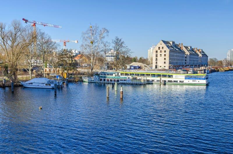 Rivière Havel avec l'ancien entrepôt du département de rations d'armée, des bateaux de touristes et des grues à tour de l'nouvell images libres de droits