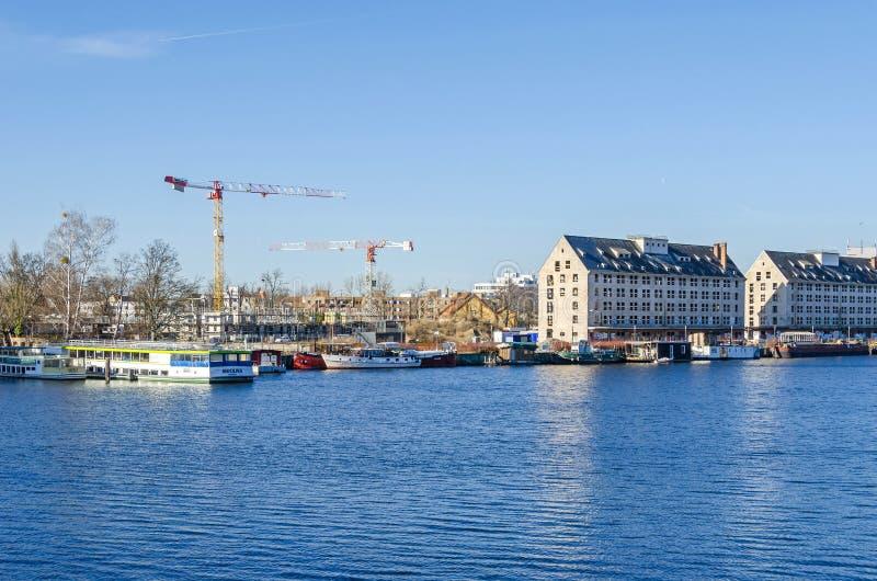 Rivière Havel avec l'ancien entrepôt du département de rations d'armée, des bateaux de touristes et des grues à tour de l'nouvell image libre de droits