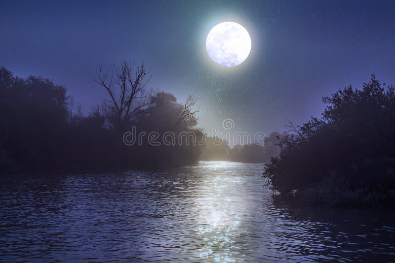 Rivière la nuit avec une pleine lune photos libres de droits