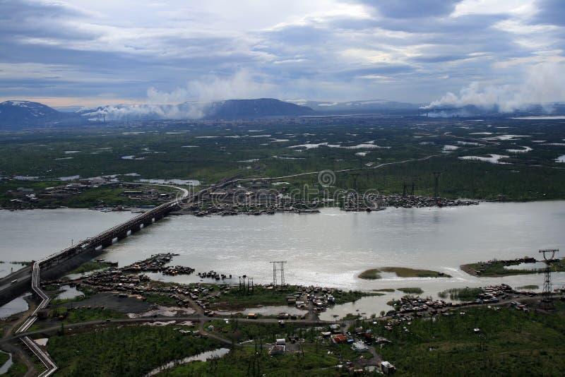 Rivière, lacs et toundra près d'usine métallurgique de Norilsk photo libre de droits