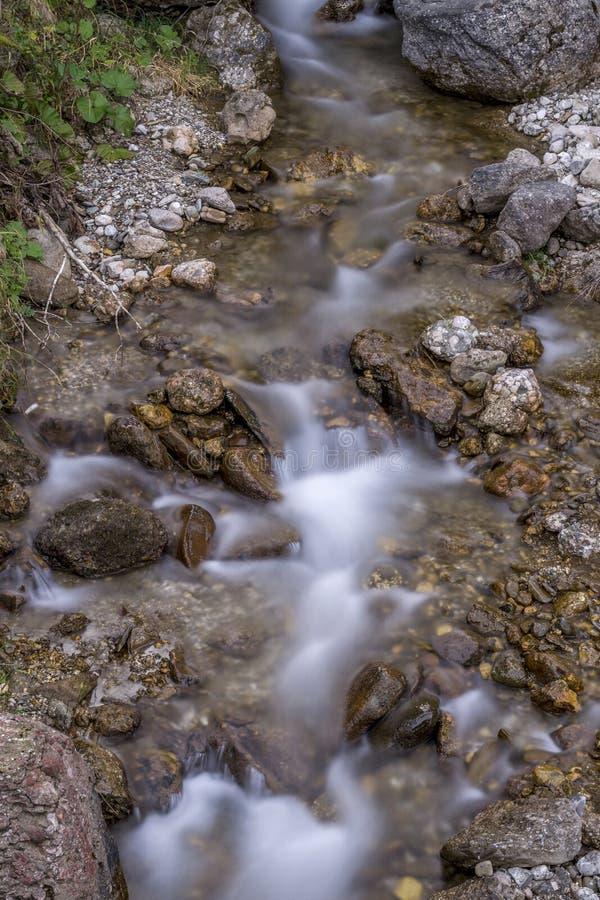 Rivière laiteuse avec les roches d'or photographie stock libre de droits