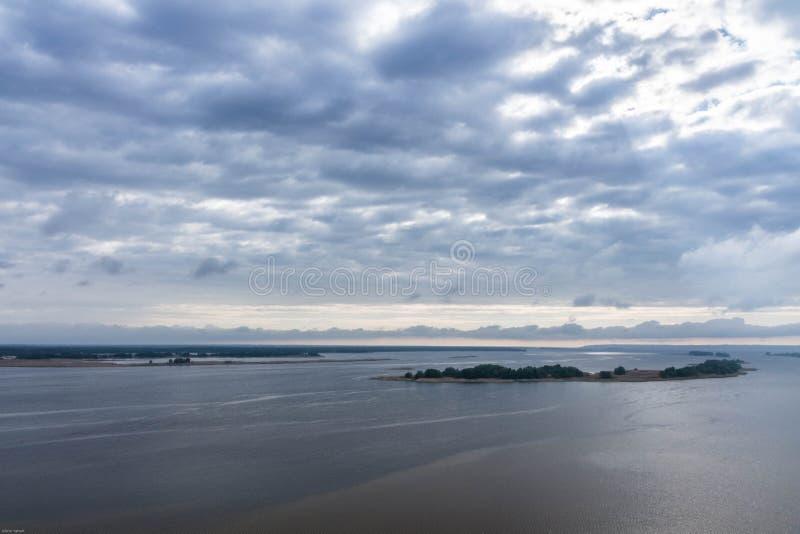 Rivière large de paysage de rivière Rivière de Dniepr l'ukraine Paysage photo stock