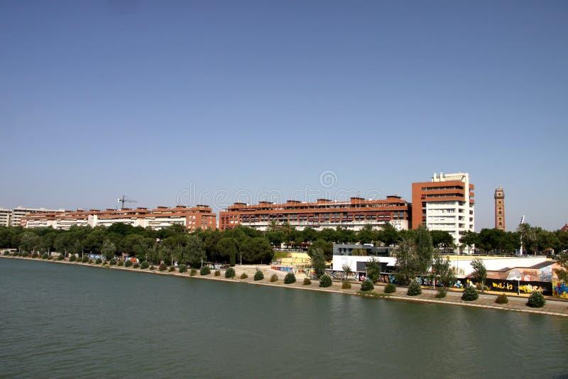 Rivière le Guadalquivir passant par la ville de Séville photographie stock