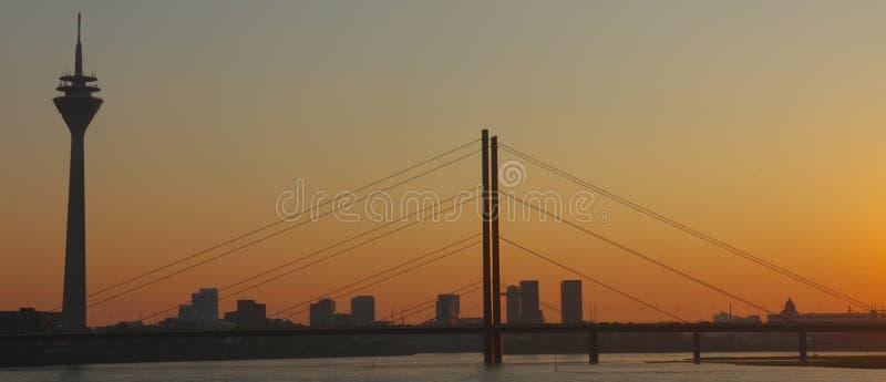 Rivière le Rhin au pont de Dusseldorf Allemagne, d'Oberkasseler et à la tour avec vue sur l'horizon photo libre de droits