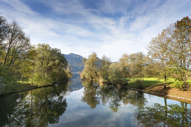 Rivière Loisach avec des alpes en Bavière photos stock