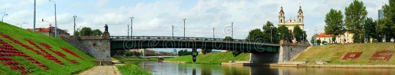 Rivière Neris et pont plus de. Vilnius photographie stock libre de droits