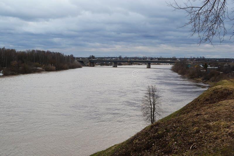 Rivière occidentale de Dvina un jour nuageux image libre de droits