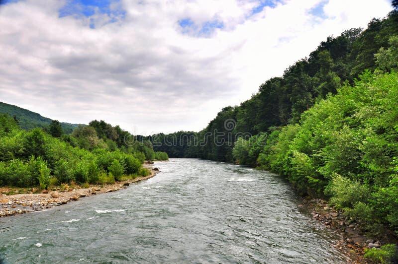 Rivière orageuse Malaya Laba au pied des montagnes de Caucase images stock