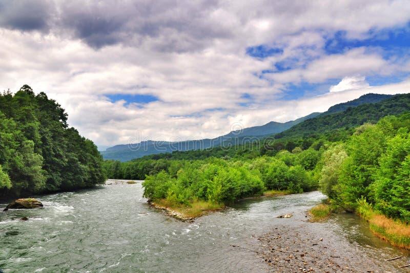 Rivière orageuse Malaya Laba au pied des montagnes de Caucase photographie stock libre de droits