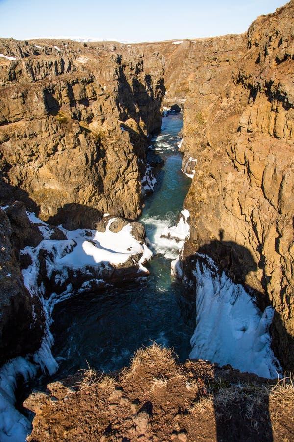 Rivi?re par un canyon en hiver photos libres de droits