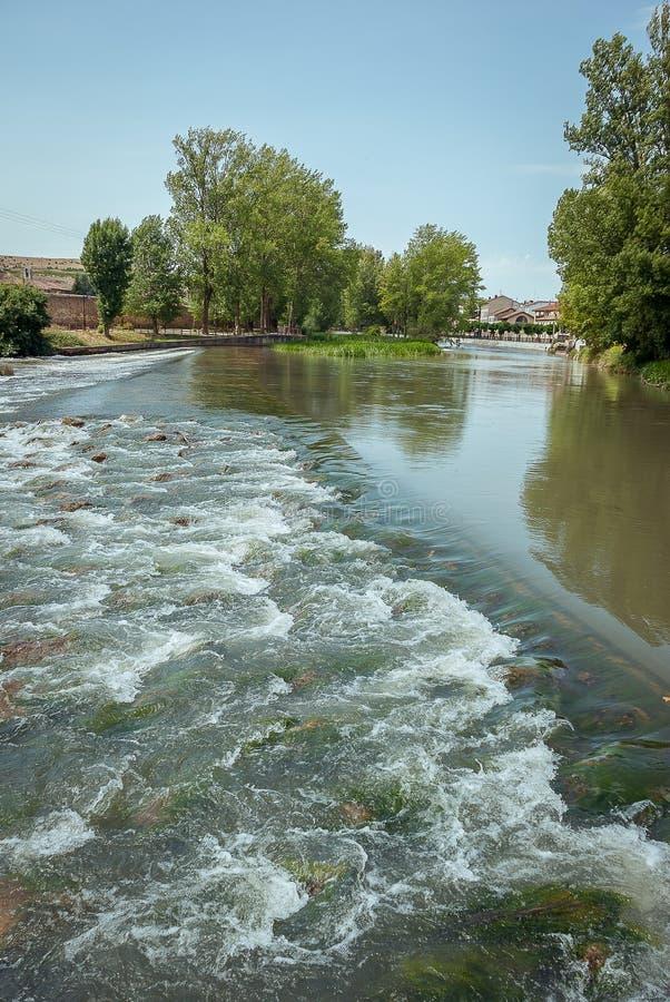 Rivière Pisuerga comme elle traverse Aguilar de Campoo Palencia photos stock