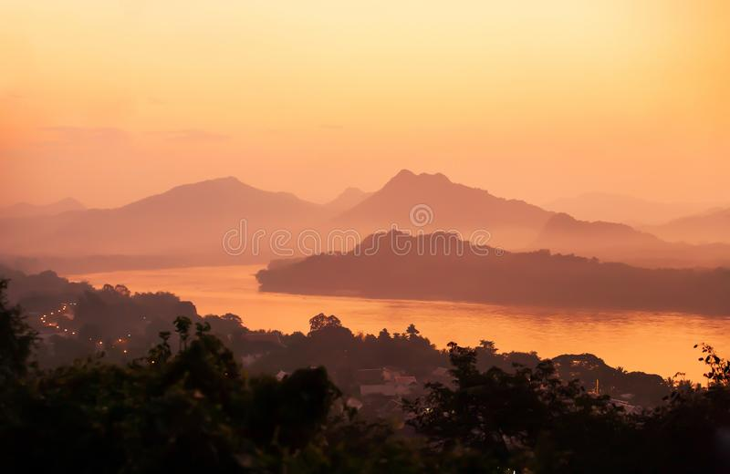 Rivière pittoresque du Mékong et ville de Luang Prabang à la tombée de la nuit photo libre de droits