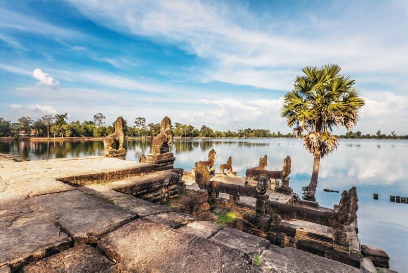 Rivière près de temple bouddhiste antique de khmer dans le complexe d'Angkor Vat images libres de droits