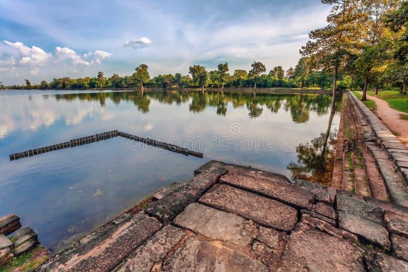 Rivière près de temple bouddhiste antique de khmer dans le complexe d'Angkor Vat photos stock