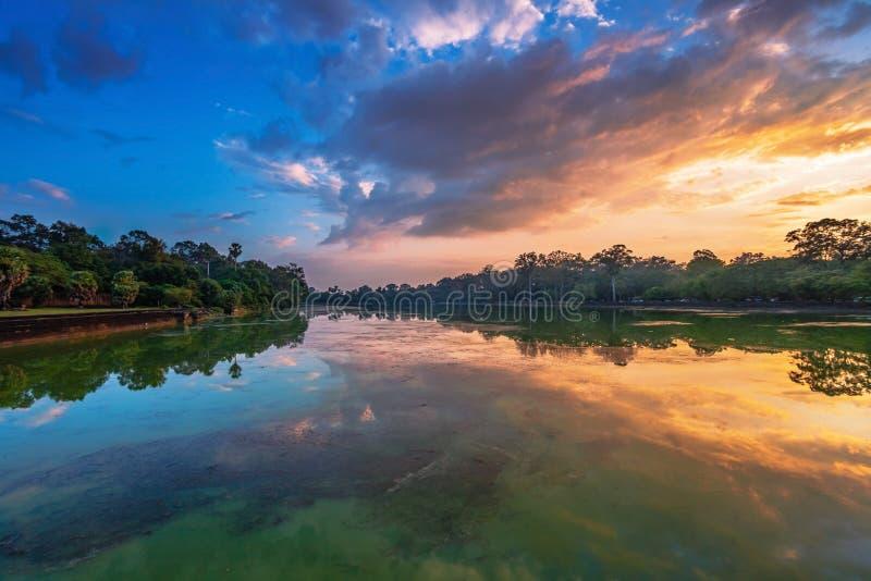 Rivière près de temple bouddhiste antique de khmer dans le complexe d'Angkor Vat photographie stock