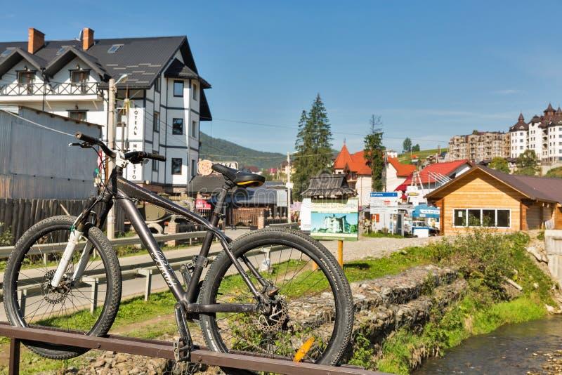 Rivière Prutet et hôtels de station de vacances célèbre Bukovel, Ukraine d'hiver photo stock