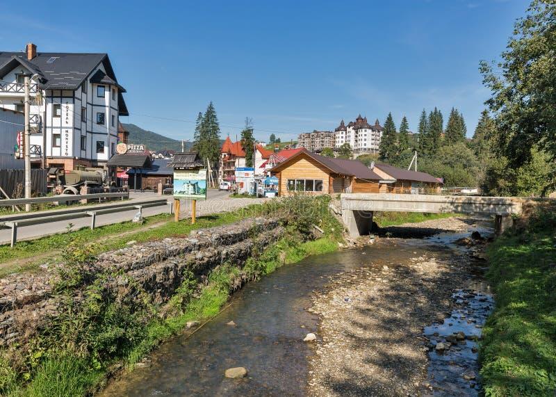 Rivière Prutet et hôtels de station de vacances célèbre Bukovel, Ukraine d'hiver photographie stock