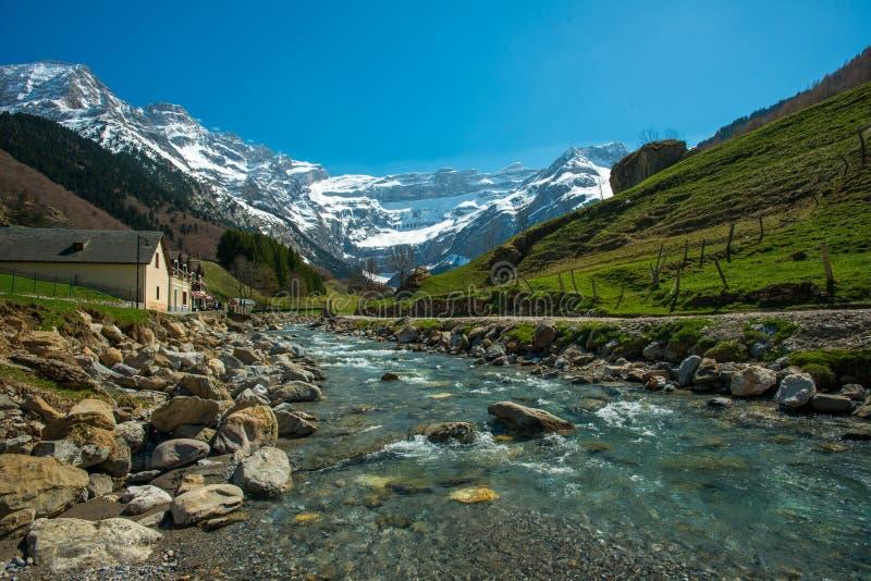 Rivière rapide en vallée, France image libre de droits