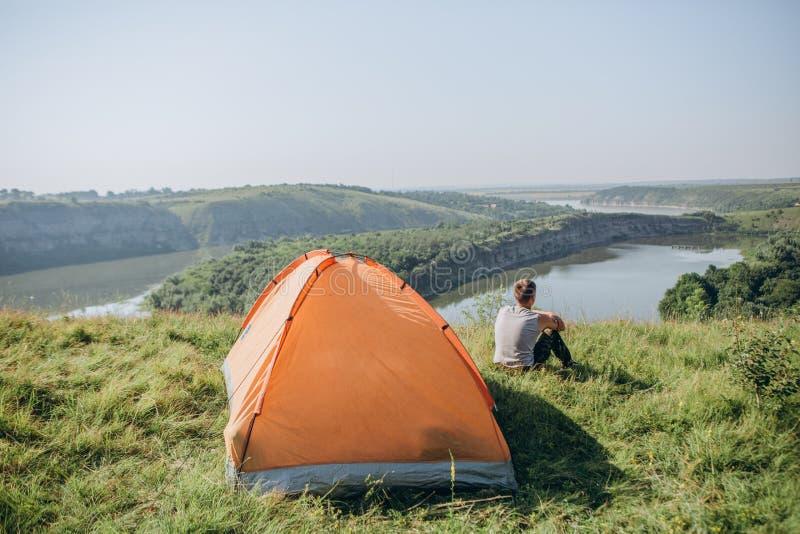 Rivi?re rocheuse de canyon de paysage de camp de tente d'homme image stock