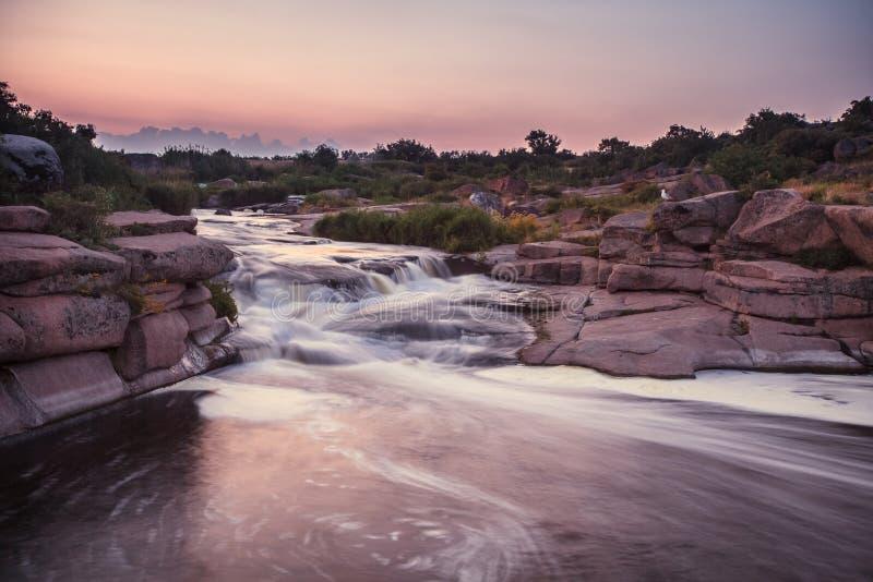 Rivière rugueuse avec la rapide photos stock