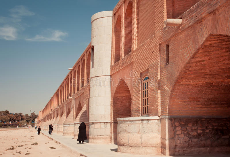 Rivière sèche de croix iranienne de femmes photo stock