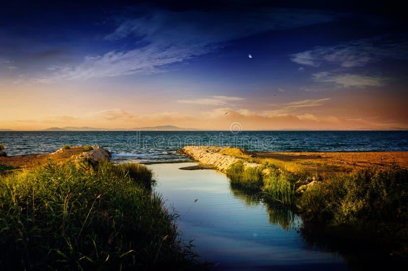 Rivière s'ouvrant à la mer image stock