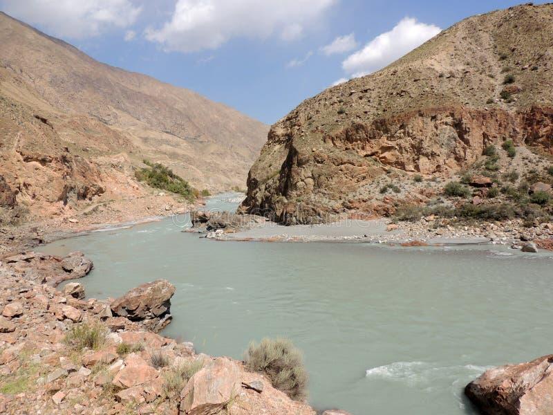 Rivière sauvage des montagnes de Kyrgystan photos stock