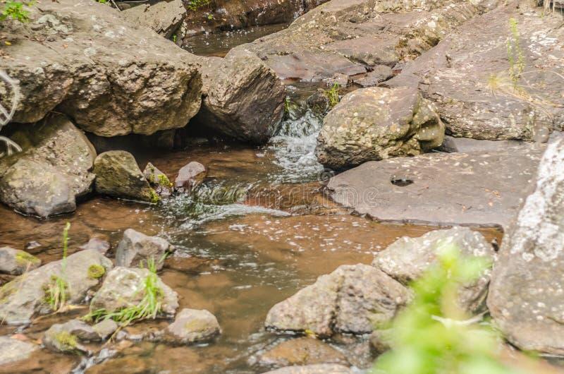 Rivière sur les roches, dans les montagnes à midi photographie stock