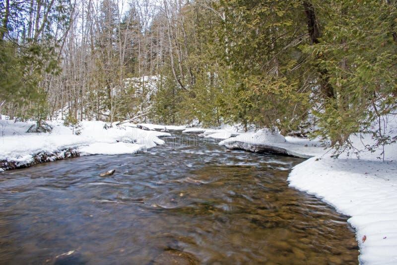 Rivière traversant la région sauvage canadienne image stock