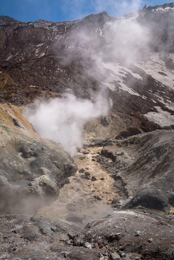 Download Rivière Traversant Le Canyon Avec Des Fumerolles à L'intérieur De Cratère De Volcan De Mutnovsky Image stock - Image du nature, flux: 76087527