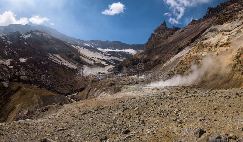 Download Rivière Traversant Le Canyon Avec Des Fumerolles à L'intérieur De Cratère De Volcan De Mutnovsky Image stock - Image du crique, panoramique: 76087545