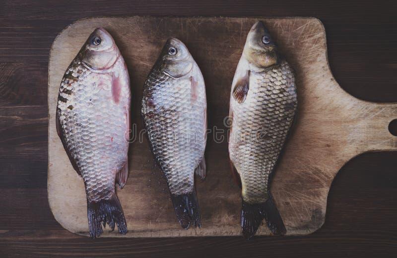 Rivière trois fraîche crucian sur un panneau de cuisine image libre de droits