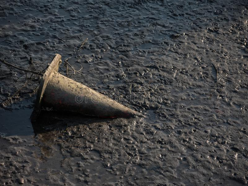 Rivière vidant à marée basse le vieux cône de indication du trafic à la rivière de cuisinier, Sydney, Australie photographie stock