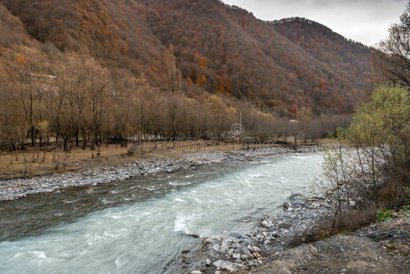 Rivières noires et blanches d'Aragvi en Géorgie photographie stock