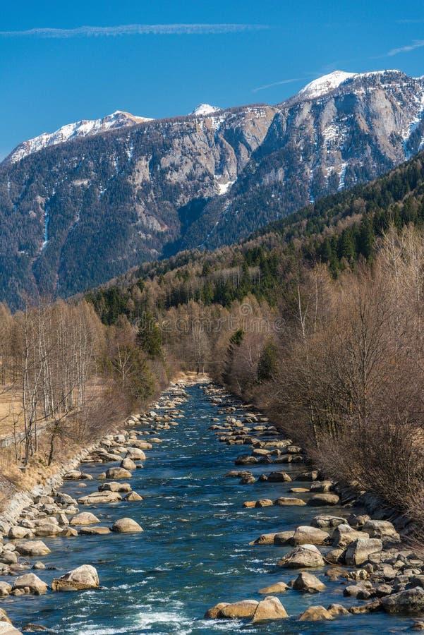 Rivi?re de Noce entour?e par les Alpes italiens Dolomities de montagnes couronn?es de neige photos stock