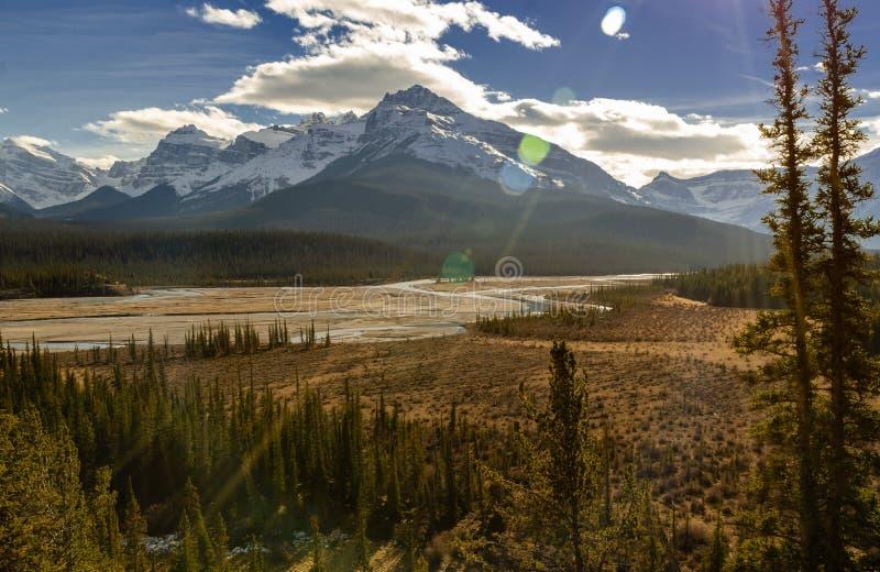 Rivi?re et Mont Wilson du nord de Saskatchewan au parc national de Banff dans Alberta, Canada photos stock