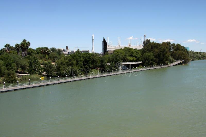 Rivi?re le Guadalquivir passant par la ville de S?ville photographie stock libre de droits