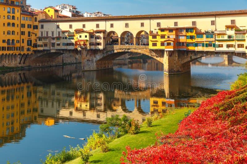 Rivier Arno en Ponte Vecchio in Florence, Italië stock fotografie