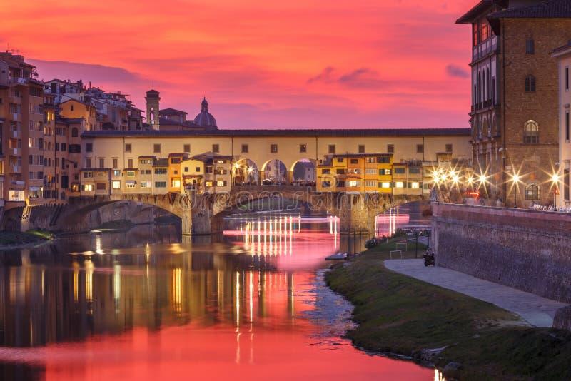 Rivier Arno en Ponte Vecchio in Florence, Italië stock foto's