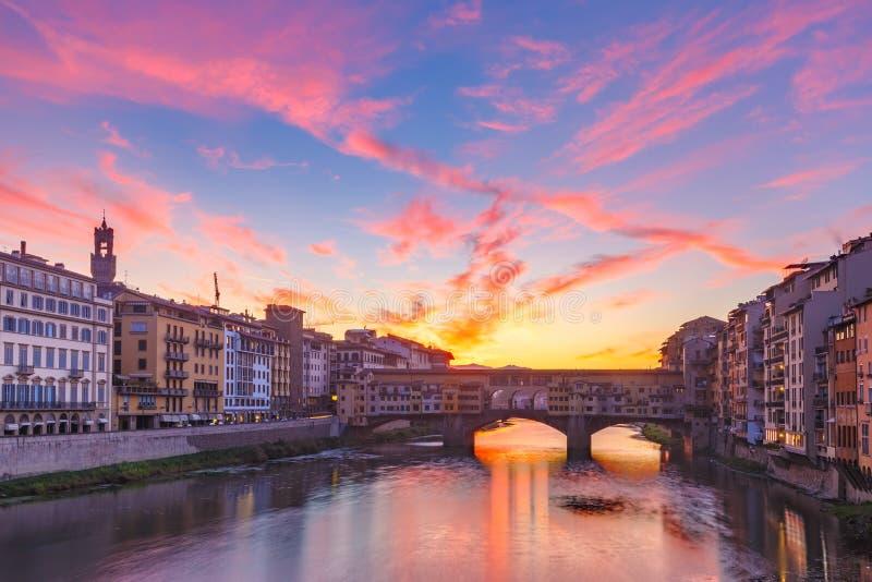 Rivier Arno en Ponte Vecchio in Florence, Italië royalty-vrije stock fotografie