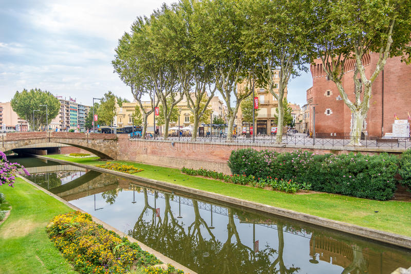 Rivier Bassa dichtbij historisch de bouwla Castillet in Perpignan stock foto's
