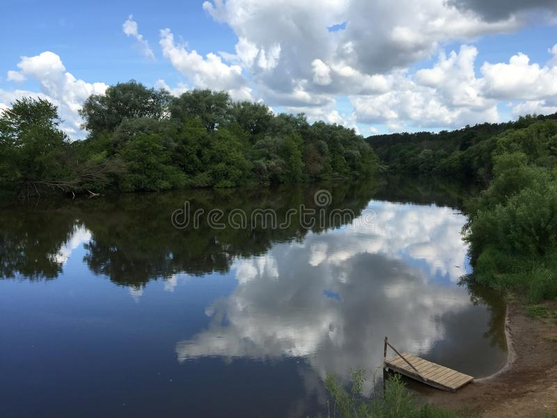 Rivier in bewolkte dag stock fotografie